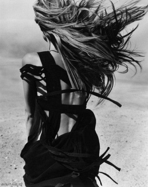 черно белое фото девушек с зади